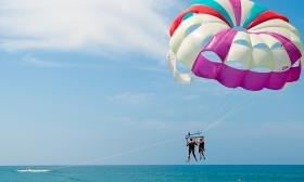 Szóló vagy páros víziejtőernyőzés a Tisza-tavon ajándék csónakázással a Scream Adventure Teamtől 24-26% kedvezménnyel