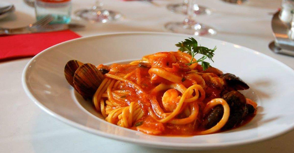 Olasz vékony tésztás pizza vagy tésztaétel a Vörösmartyn