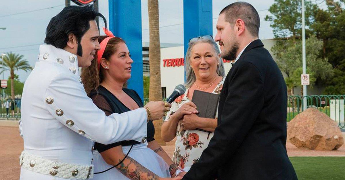 Elvis vezette esküvő a Las Vegas táblánál