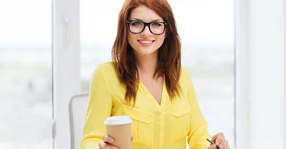 Szemüveg fényre sötétedő lencsével és látásvizsgálattal