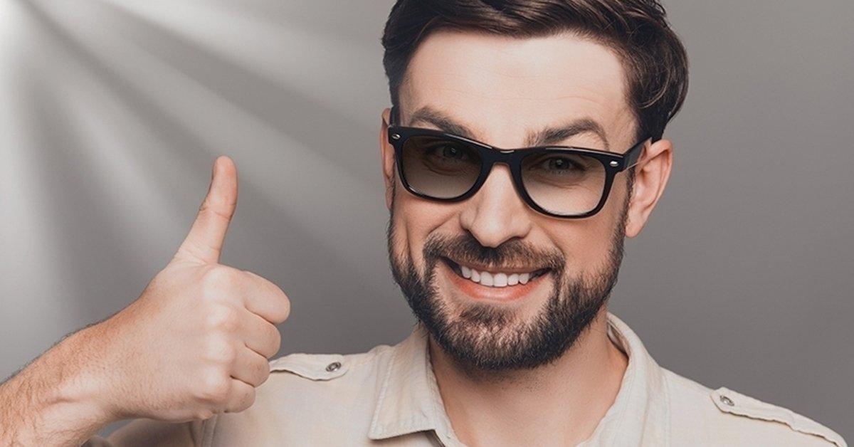 Szemüvegkeret, fényre sötétedő lencsével és vizsgálattal