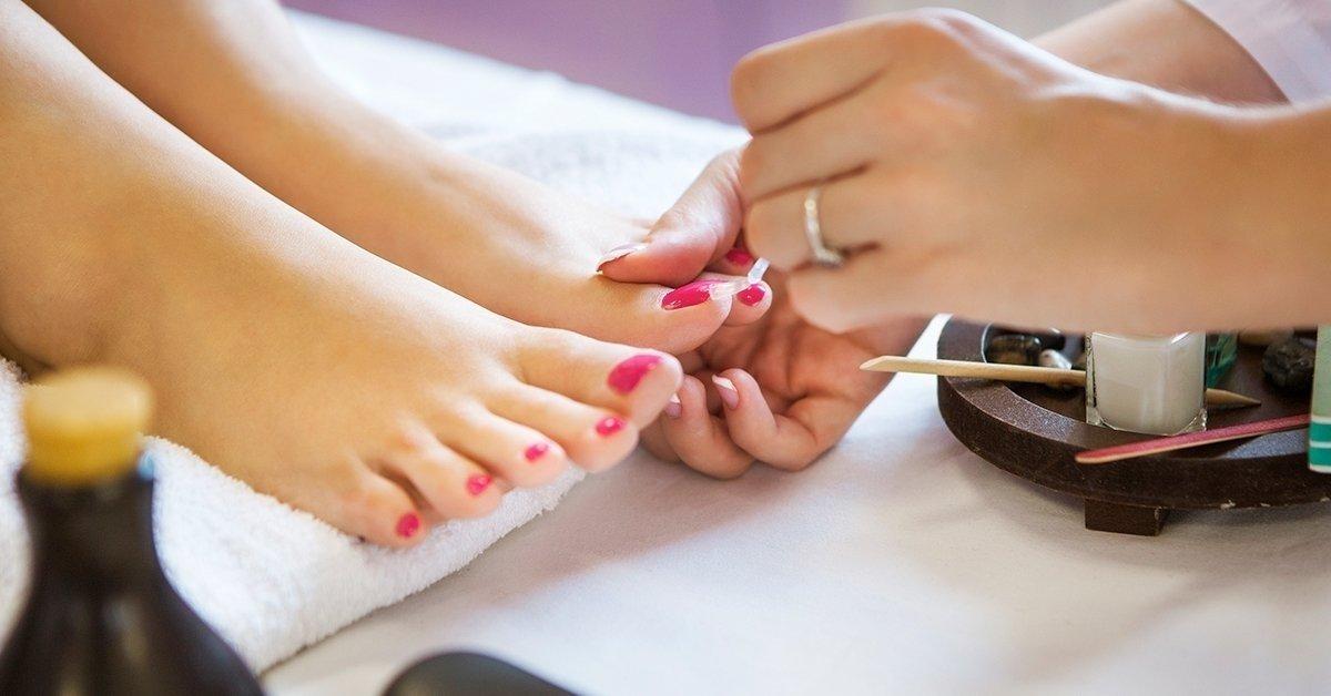 Frissítsd fel a lábaid: pedikűr és géllakozás