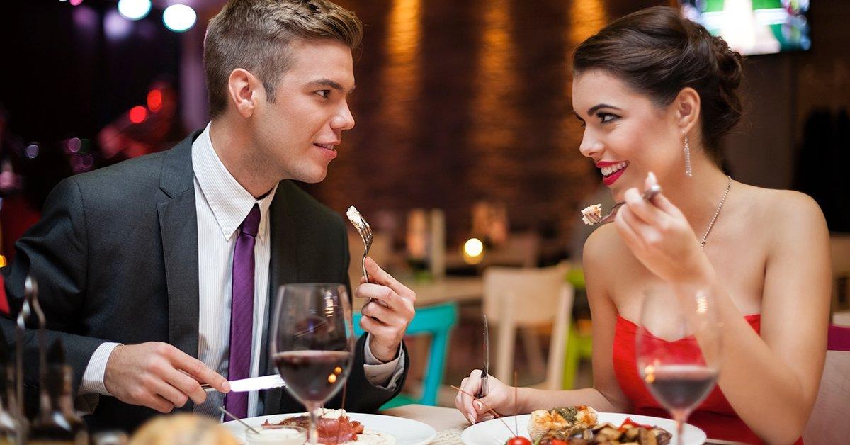 Romantikus vacsora rózsával, pezsgővel és gyertyafénnyel
