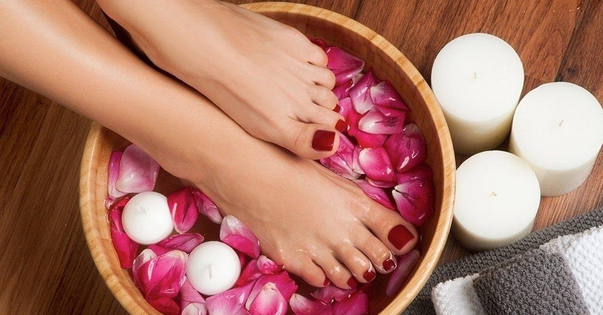 Ragyogjanak a lábaid: pedikűr egyszínű géllakkozással