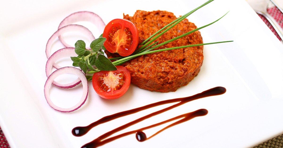 Betyáros finomság: tatár beefsteak zöldségekkel, pirítóssal