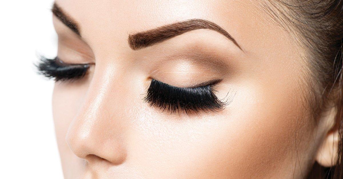 A csábító pillantásért: extra fekete tartós szempilla festés