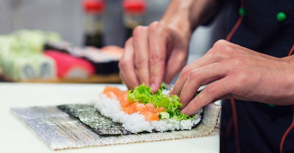 Sushi ínyenceknek: japán főzőkurzus italfogyasztással