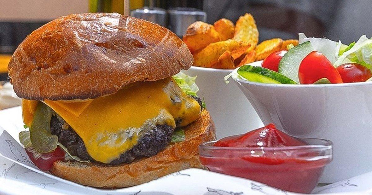 Szürkemarha sajtburger menü