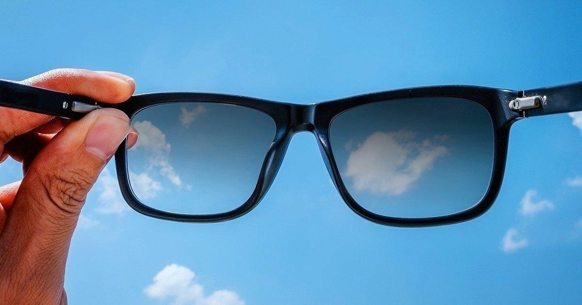 Szemüveg sötétedő lencsével