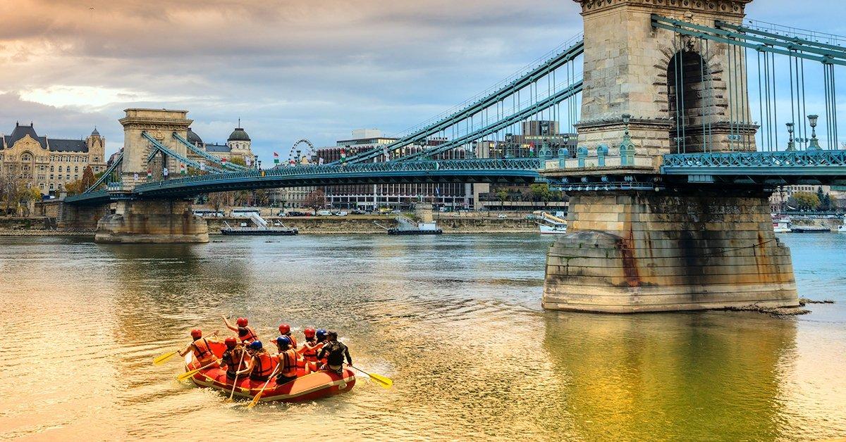 Láblógató extrémsport: budapesti evező túra raft hajóval